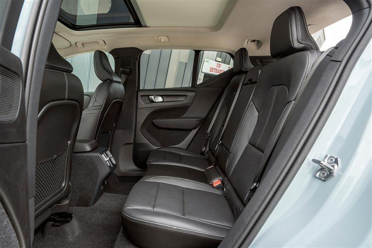 Volvo XC40 T3 Momentum Including Metallic Paint image 7
