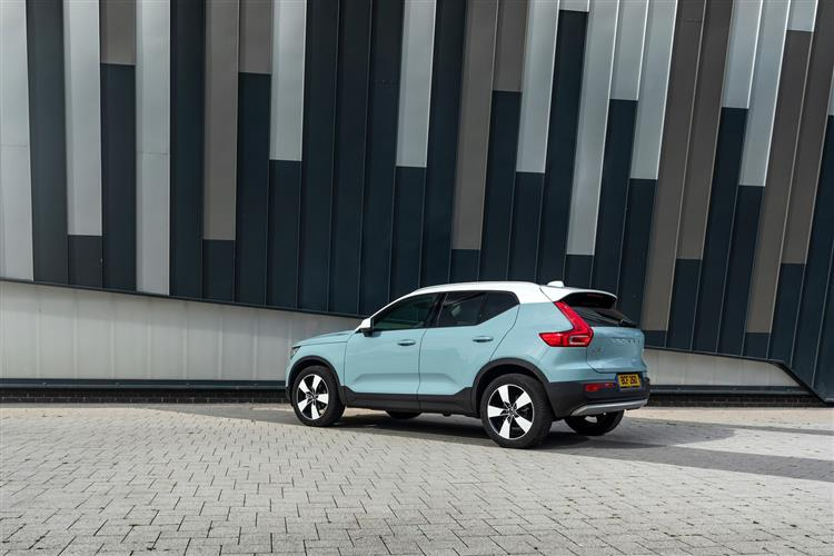 Volvo XC40 T3 Momentum Including Metallic Paint image 2 thumbnail