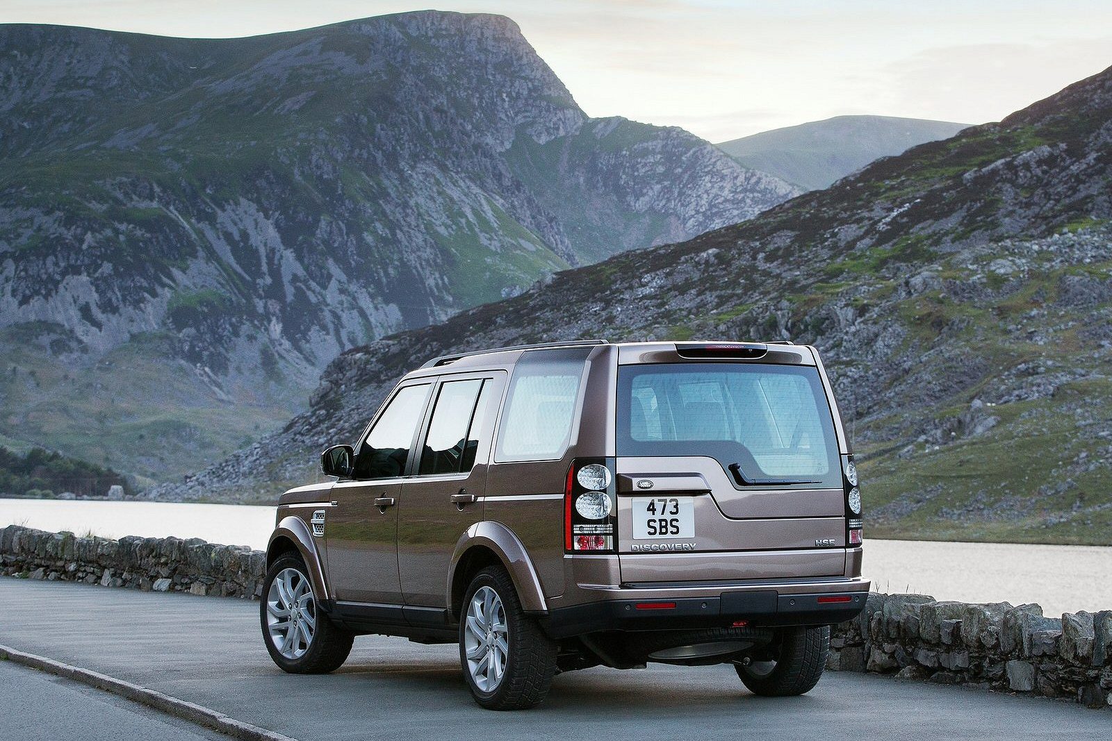 Image three of a Land Rover Discovery