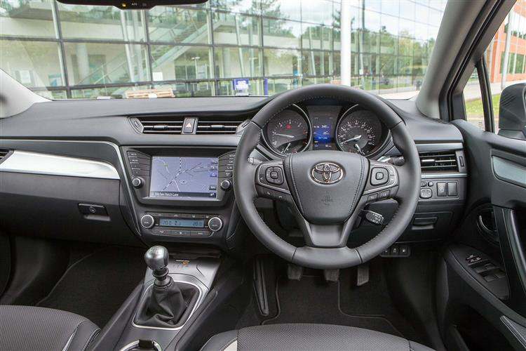 http://f2.caranddriving.com/images/new/big/toyotaavensis0615int.jpg