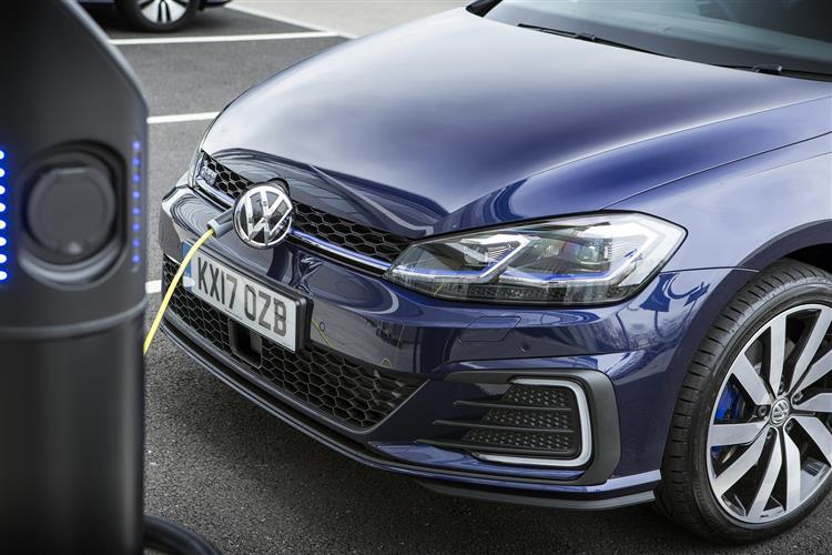 http://f2.caranddriving.com/images/new/big/volkswagengolfgte0417(6).jpg