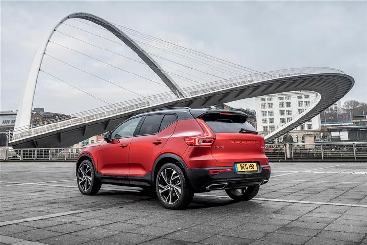 Volvo XC40 T3 Momentum Including Metallic Paint image 1